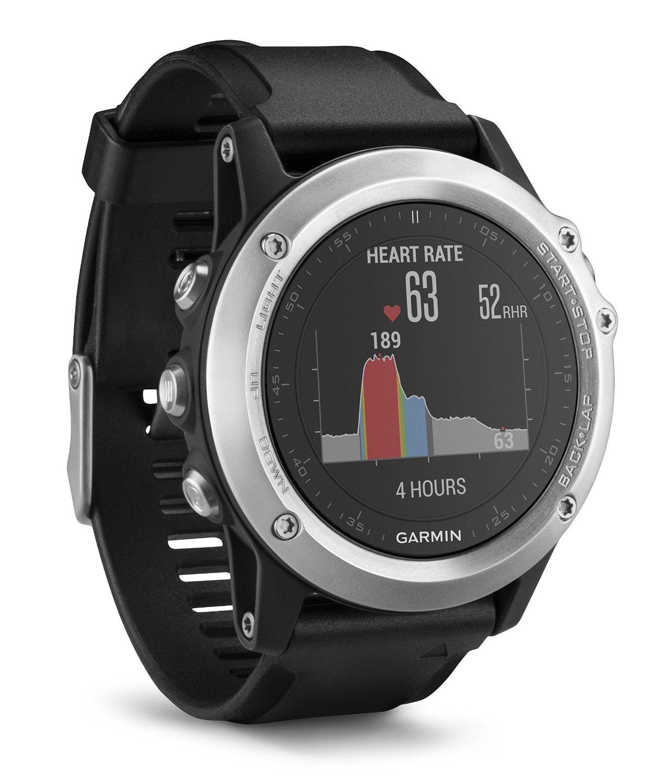 Die fēnix 3 ist eine smarte GPS-Multisportuhr. Sie ist aber auch gleichzeitig Smartwatch, Fitness-Tracker und Navigationsgerät. Dank Farbdisplay und edlem Design macht sie jederzeit eine gute Figur – ganz gleich ob beim Trailrunning, Bergsteigen oder im Büro. Dabei müssen Sie in Sachen Robustheit keine Abstriche machen: In die Stahl-Lünette integriert, sitzt gut geschützt eine EXO Antenne für optimalen GPS- und GLONASS-Empfang. Außerdem ist die Uhr wasserdicht bis 10 ATM (entspricht dem Prüfdruck in 100 m Wassertiefe) und ist entweder mit robustem Mineralglas oder extrem kratzfesten Saphirglas ausgestattet.